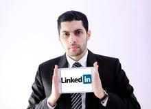 Homem de negócio árabe com ligado dentro imagem de stock