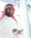 Homem de negócio árabe com tabuleta fotografia de stock