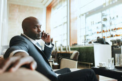 Homem de negócio africano que espera em uma entrada do hotel imagens de stock