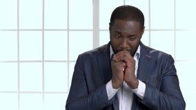 Homem de negócio africano triste e deprimido que reza ao deus vídeos de arquivo