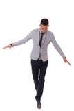 Homem de negócio afro-americano novo que anda em uma linha - pe preto imagem de stock royalty free