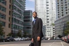 Homem de negócio afro-americano novo que olha afiado e seguro fotos de stock royalty free