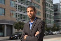 Homem de negócio afro-americano novo que olha afiado e seguro fotos de stock