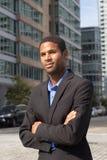 Homem de negócio afro-americano novo que olha afiado e seguro imagem de stock royalty free