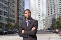 Homem de negócio afro-americano novo que olha afiado e seguro fotografia de stock royalty free