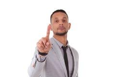 Homem de negócio afro-americano que toca em uma tela transparente - Bl imagens de stock