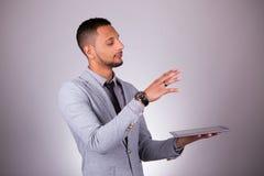Homem de negócio afro-americano que usa uma tabuleta tátil - peo preto imagem de stock royalty free