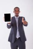 Homem de negócio afro-americano que usa uma tabuleta tátil sobre o branco Foto de Stock Royalty Free