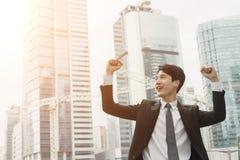 Homem de negócio asiático alegre fotografia de stock