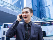 Homem de negócio asiático com telefone esperto imagens de stock royalty free