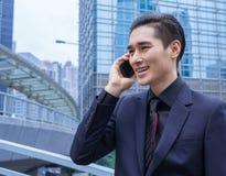 Homem de negócio asiático com telefone esperto Foto de Stock Royalty Free