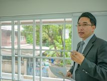 Homem de negócio asiático muito feliz no escritório foto de stock royalty free