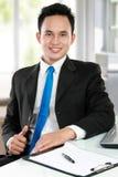 Homem de negócio asiático novo no escritório Fotos de Stock