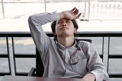 Homem de negócio asiático novo sobrecarregado Tired que sofre da depressão severa imagens de stock royalty free