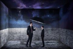Homem de negócio asiático que cobre a versão pequena dsi mesmo com o guarda-chuva imagens de stock royalty free