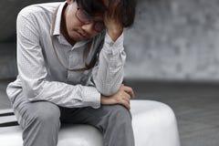 Homem de negócio asiático sobrecarregado Tired que sofre da depressão severa foto de stock royalty free