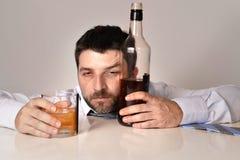 Homem de negócio bêbado desperdiçado e garrafa de uísque no alcoolismo Fotos de Stock Royalty Free