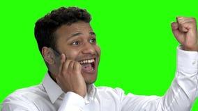 Homem de negócio bem sucedido que fala no telefone transparente vídeos de arquivo