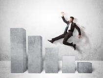Homem de negócio bem sucedido que salta sobre cartas no fundo Fotos de Stock