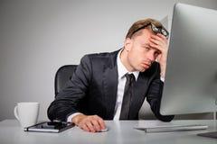 Homem de negócio cansado no escritório fotografia de stock