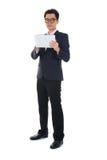 Homem de negócio chinês que usa a tabuleta Foto de Stock Royalty Free