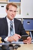 Homem de negócio com calculadora imagem de stock