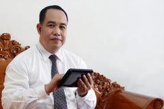 Homem de negócio com computador da tabuleta Fotografia de Stock
