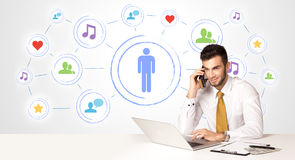 Homem de negócio com fundo social da conexão dos meios Fotos de Stock