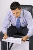 Homem de negócio com jornal Imagens de Stock Royalty Free