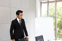 Homem de negócio com o terno na sala de reunião no escritório foto de stock
