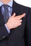 Homem de negócio com os dedos cruzados. foto de stock royalty free