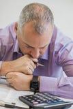 Homem de negócio com problemas e esforço no escritório Foto de Stock