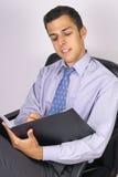 Homem de negócio com seu bloco de notas Fotografia de Stock Royalty Free