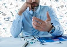 Homem de negócio com a tabuleta de vidro na mesa contra o contexto dos originais Imagens de Stock Royalty Free