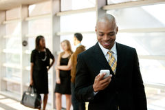 Homem de negócio com telefone esperto imagem de stock