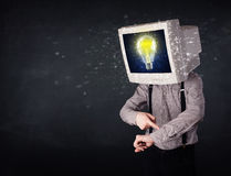 Homem de negócio com uma ampola da cabeça e da ideia do monitor do PC no d Foto de Stock