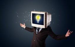 Homem de negócio com uma ampola da cabeça e da ideia do monitor do PC no d Fotografia de Stock