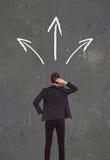 Homem de negócio confuso que pensa que maneira de ir Foto de Stock