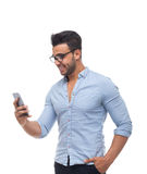 Homem de negócio considerável, homem de negócios que usa o telefone esperto da pilha Imagem de Stock