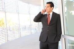 Homem de negócio considerável no telefone Imagens de Stock Royalty Free