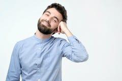 Homem de negócio considerável novo com cara feliz que sorri e que olha a câmera imagens de stock royalty free