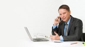 Homem de negócio considerável que usa o telefone de pilha Imagens de Stock Royalty Free
