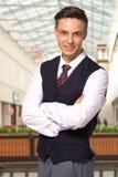 Homem de negócio de sorriso em uma veste em uma galeria Fotos de Stock Royalty Free