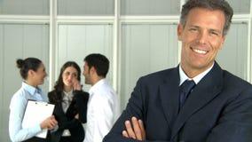 Homem de negócio de sorriso feliz com colegas video estoque