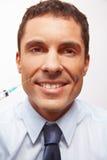 Homem de negócio de sorriso no enrugamento Imagem de Stock
