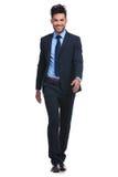 Homem de negócio de sorriso que anda para a frente para a câmera Imagens de Stock Royalty Free