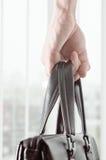 Homem de negócio disponivel preto do saco de couro Imagem de Stock Royalty Free