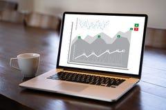 Homem de negócio do conceito dos gráficos do painel das vendas do mercado do cliente imagens de stock royalty free