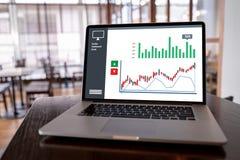 Homem de negócio do conceito dos gráficos do painel das vendas do mercado do cliente imagem de stock royalty free