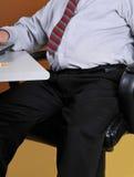 Homem de negócio do excesso de peso em sua mesa Fotografia de Stock